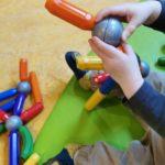 Krabben, Fische, Magneten, ,Kind spielt mit Magnet