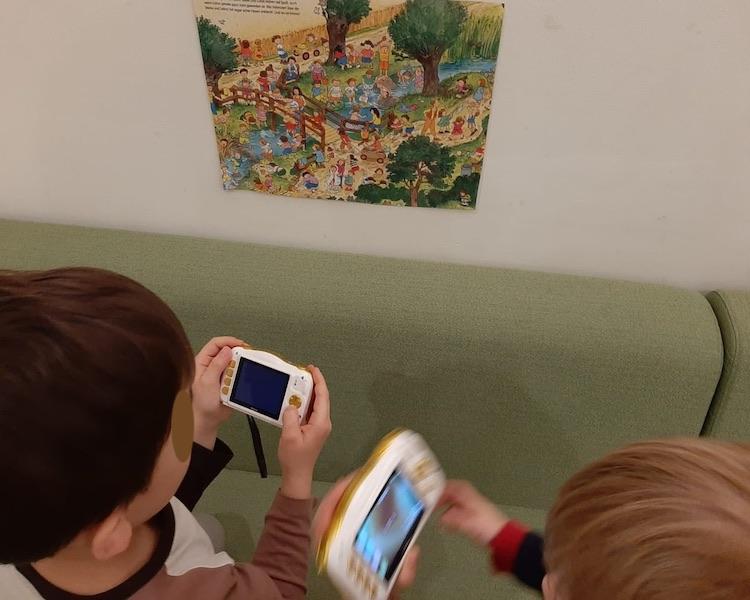 Kinder mit Digitalkamera