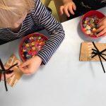 Kinder basteln Herbstbäume, Knöpfe, Pfeifenputzer
