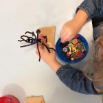 Kinder basteln Herbstbäume, Pfeifenputzer, Knöpfe