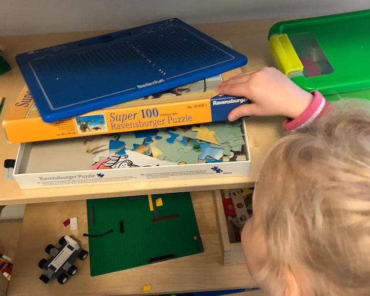 Kind sucht Puzzleteile, Eichhörnchen