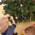 Kinder schmücken Baum, Weihnachten